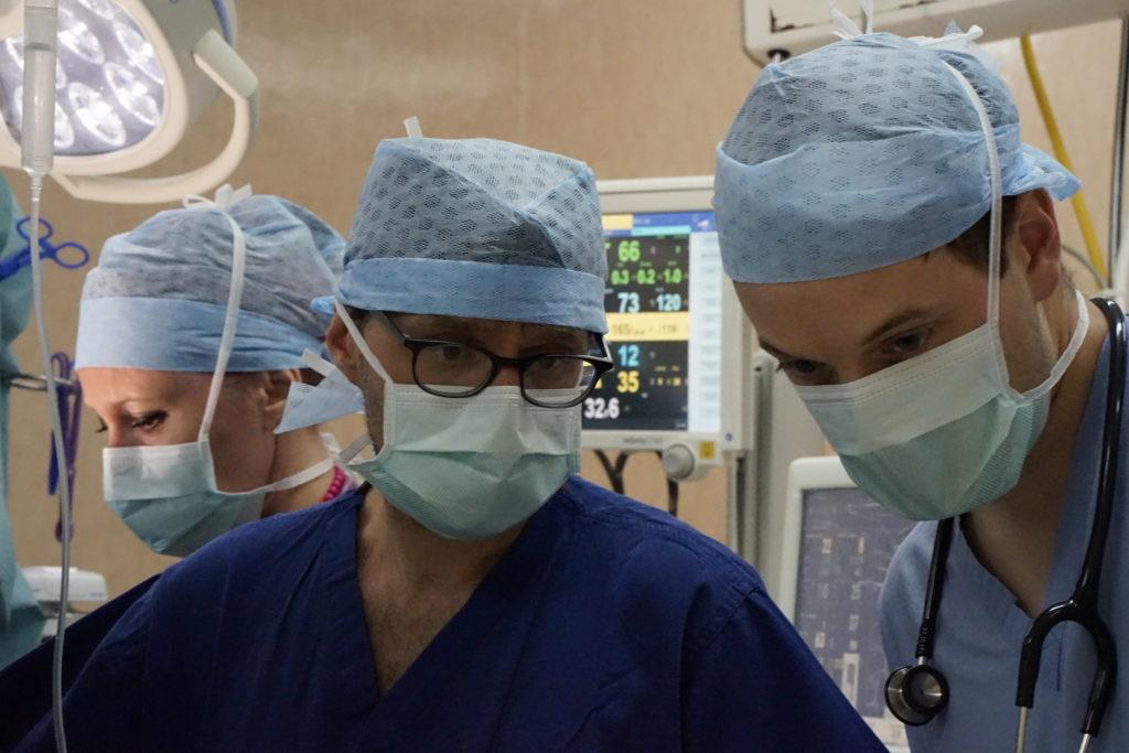 L'anesthésiste, Yann, avec son Infirmière-anesthésie, Evelyne et Guillaume, chef de clinique, en salle d'opération