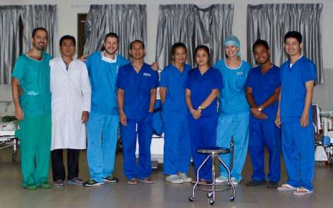 L'équipe des soins intensifs – les travailleurs de l'ombre. David en vert, Yann (no 2) et Aurélie en bleu ciel.