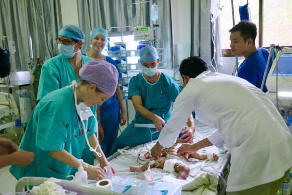L'arrivée aux soins intensifs. Il y a toujours une grande activité autour d'une enfant fraîchement opéré. En vedette: Cynthia, Yann, Aurélie, David, Vanda et Ratanak.
