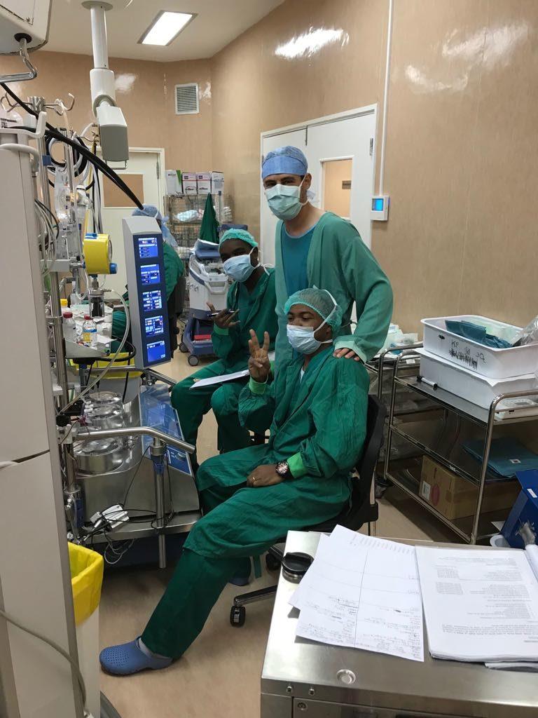 Les perfusionistes font tourner la machine coeur poumon à plein régime. Tout est sous contrôle.