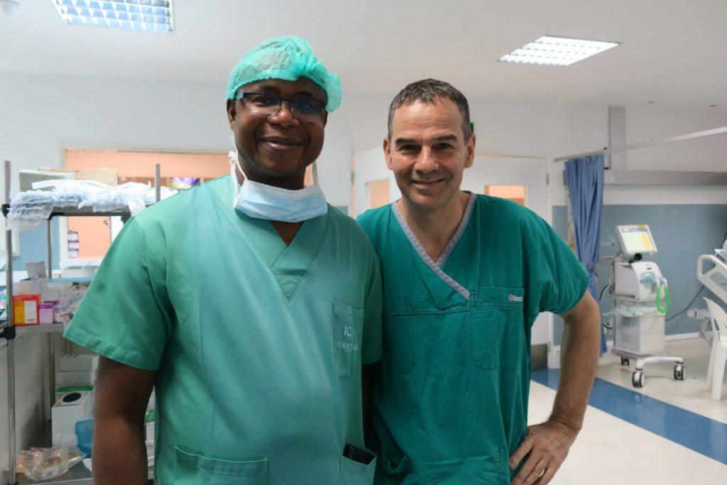 Les chirurgiens! A eux deux, ils doivent bien avoir cousu un km de coeur.