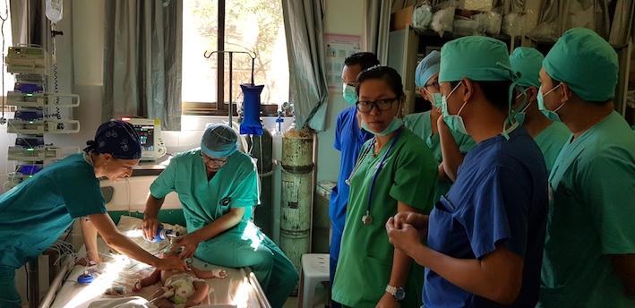 Yann et Cynthia en pleine action aux soins intensifs - eux aussi s'emploient à la formation des médecins locaux.