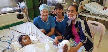 Aurélie et Stéphanie (nous en avons deux cette année) au réveil d'un opéré d'hier. Lui lorgne vers son cadeau (une peluche de chez nous).
