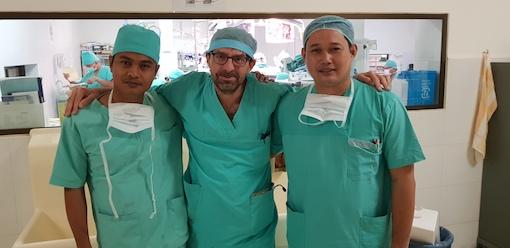 Les anesthésistes: Borin et Sophea entourant Yann.