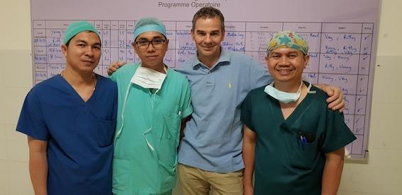 Les chirurgiens: Soklay et Sameth à ma droite, Ladin à ma gauche.