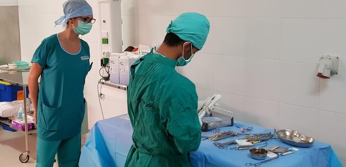 Stéphanie contrôle les instruments en vue de cette grosse opération.