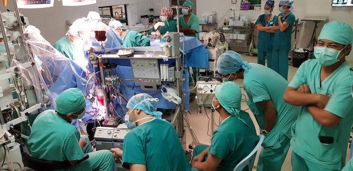 La salle d'opération du point de vue des perfusionistes. Manuel laisse les commandes à ses collègues et supervise.
