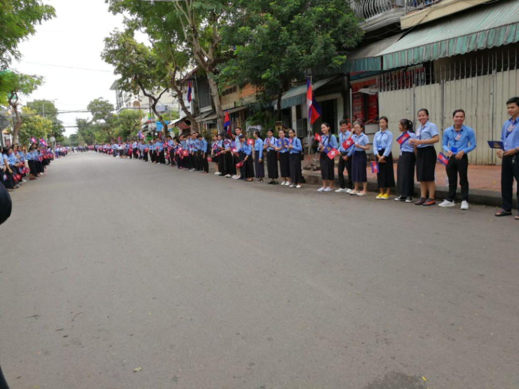 Die Strasse zum Spital. Sämtliche Schulkinder von Phnom Penh scheinen hier uns zu Ehren Spalier zu stehen – ich habe noch selten so viele Schweizerfahnen gesehen!