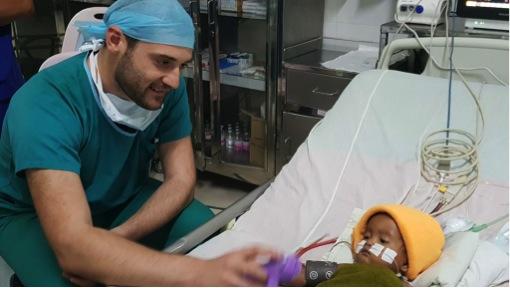 Unser Kardiotechniker Manuel zeigt sich von seiner zärtlichen Seite.