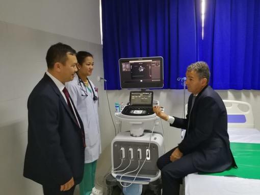 Ein kurzer Abstecher in den Untersuchungsraum, mit Ladin und Konthea, wo wir uns die Ultraschallbilder der beiden Kinder ansehen, die für die Eröffnung des Projekts auserwählt worden sind. Morgen finden die Operationen statt.