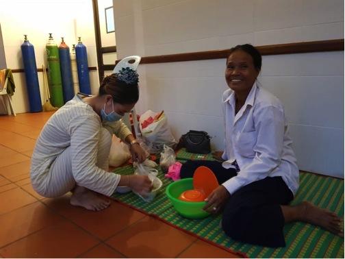 Vor der Intensivstation bereiten die Mütter das Essen für ihre Kinder vor.